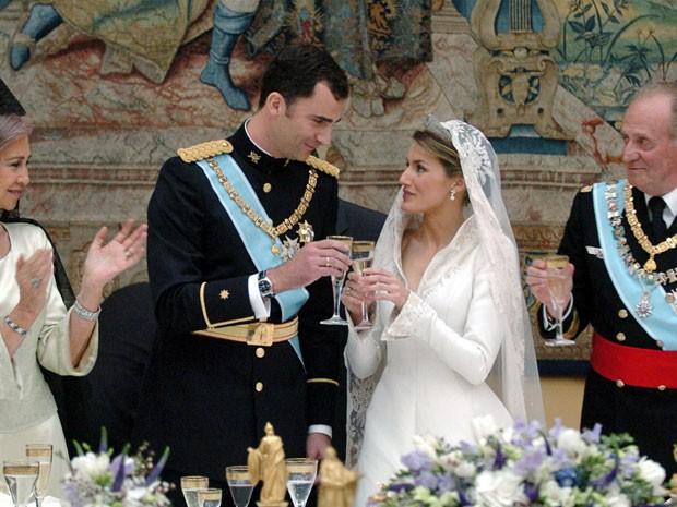 Casamento do príncipe Felipe com a princesa Letizia Ortiz no palácio real de Madri, na Espanha, no dia 22 de maio de 2004 (Foto: Pool/ Ballesteros/ AFP )