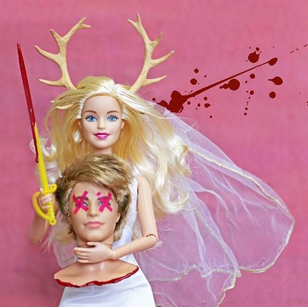 O dia em que Barbie matou Ken: o  trabalho divertido da artista plástica Annelies Hofmeyr (Foto: reprodução)