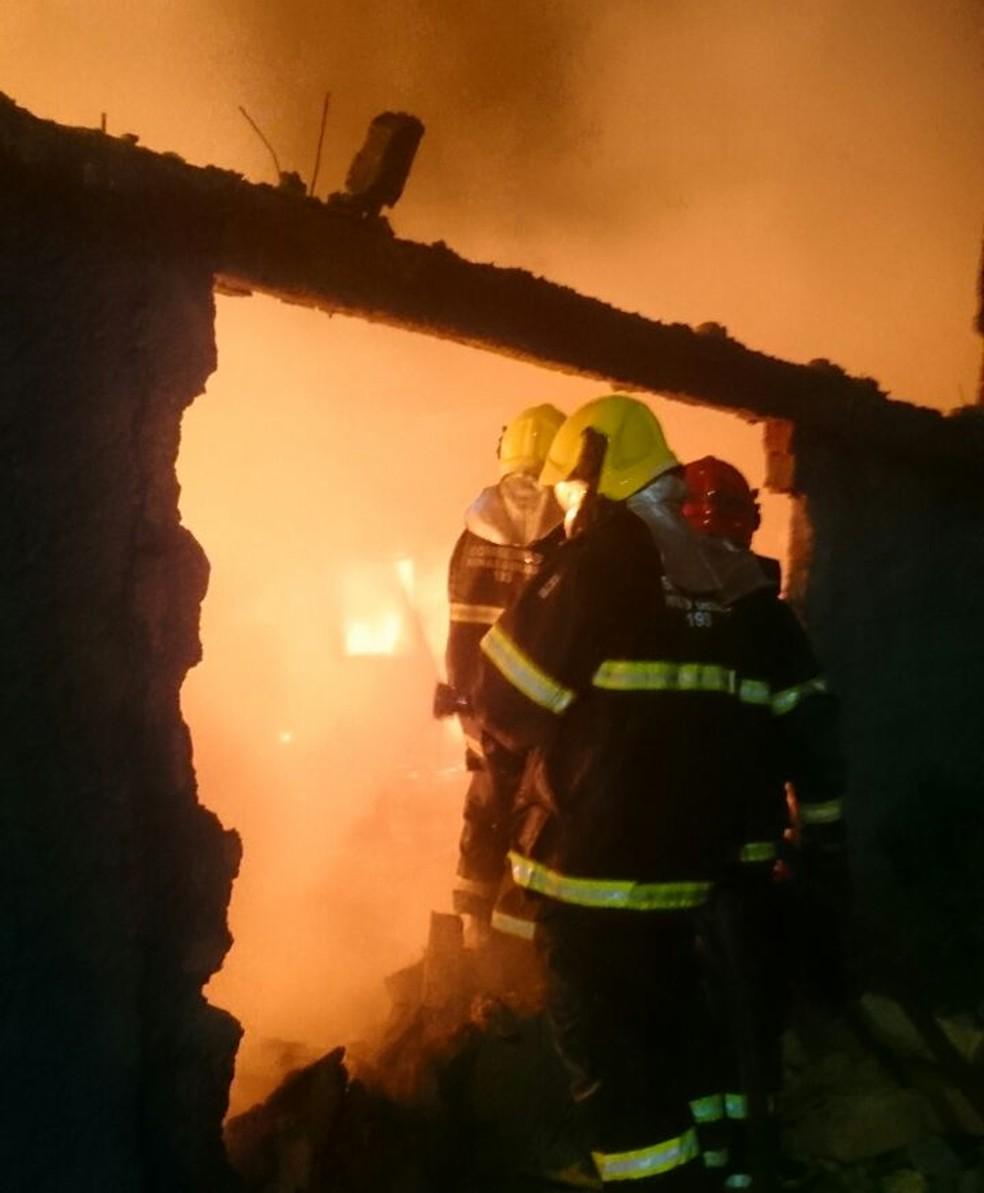Bomeiros que estava de folga ajudaram a esvaziar a área (Foto: Corpo de Bombeiros/Divulgação)