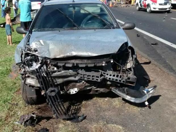 Motorista que bateu de frente com carro sofreu apenas ferimentos leves (Foto: Divulgação/ Bombeiros Avaré)