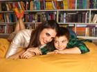 Em sessão de fotos para o EGO, Chris Flores lê, brinca e dança com o filho