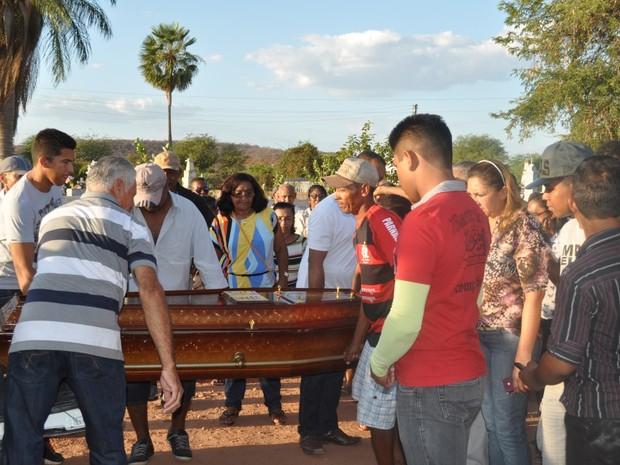 Enterro de camelô foi marcado por comoção de moradores (Foto: João Batista Oliveira)