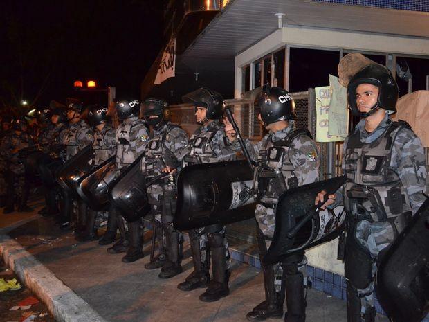 Policiais fazem barreira na porta da Prefeitura de Aracaju  (Foto: Flávio Antunes/G1)