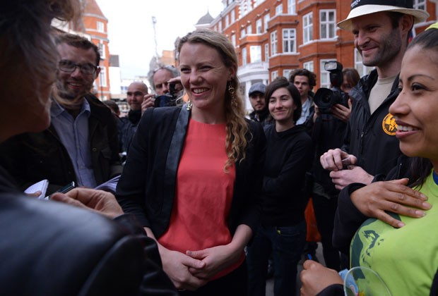 Sarah Harrison em foto de 2012 do lado de fora da embaixada do equador em Londres (Foto: Carl Court/AFP)