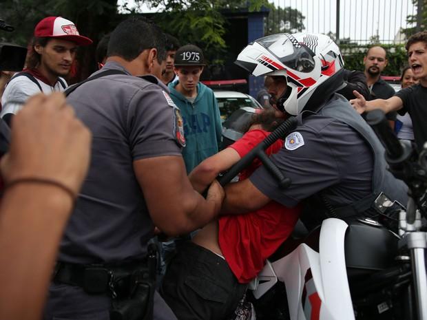 Estudante é detido por policiais militares durante protesto de alunos na Avenida Doutor Arnaldo (Foto: Renato S. Cerqueira/Futura Press/Estadão Conteúdo)