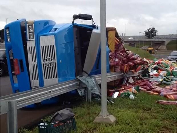 Carga ficou espalhada no canteiro da rodovia e motorista não se feriu (Foto: Rodrigo Prioli/CBN Ribeirão)