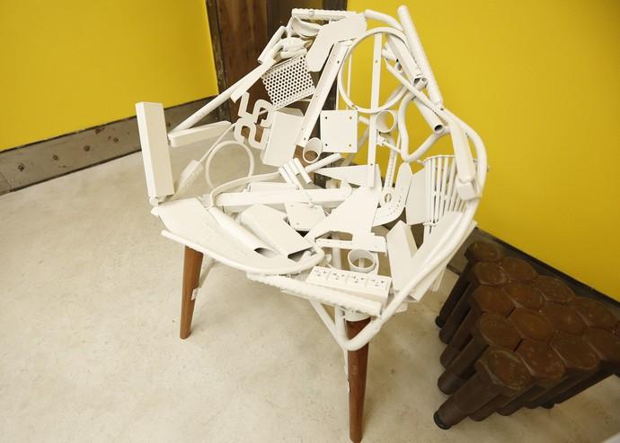 Uma cadeira feita toda de detalhes de plástico (Foto: Raphael Dias/Gshow)