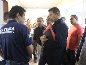Deputado João de Deus ouviu reivindicações e prometeu falar com secretário (Foto: Gustavo Almeida/G1)