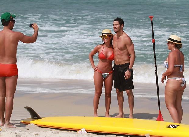 Simpático, ele tirou fotos com fãs antes de deixar a praia (Foto: Dilson Silva / Ag. News)