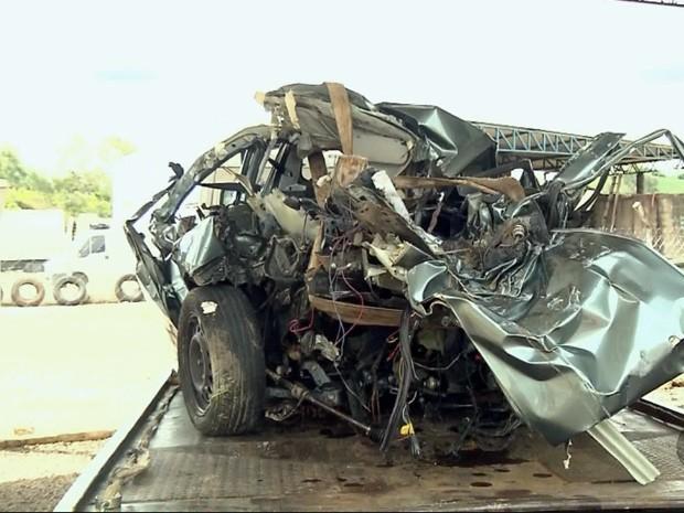Carro onde casal estava ficou destruído (Foto: Reprodução EPTV)
