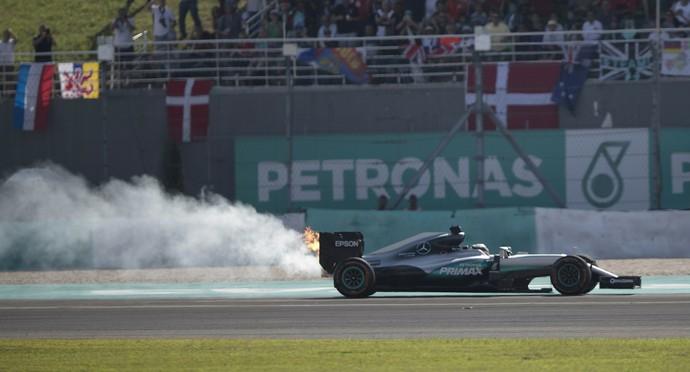 Motor de Lewis Hamilton estourou quando piloto estava na liderança do GP da Malásia (Foto: AP)