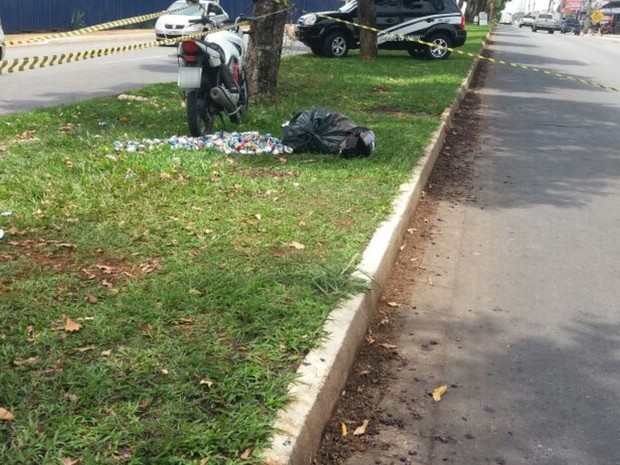 Motociclista morre, e polícia crê que ele escorregou em jamelões, em Goiás (Foto: Divulgação/Dict)