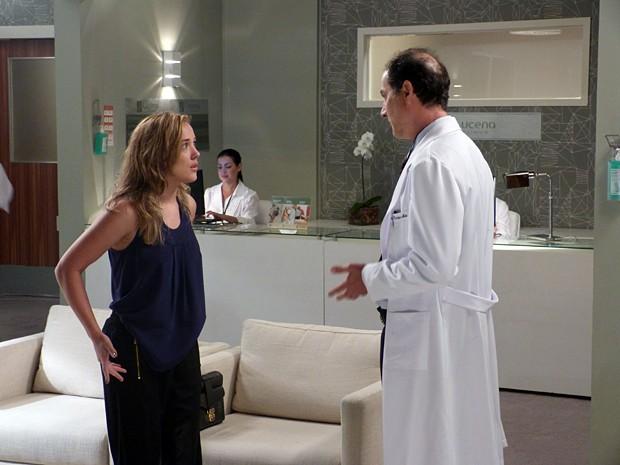 Médico conta para Amanda que Léo está com pneumonia (Foto: Walter Dhein/Gshow)