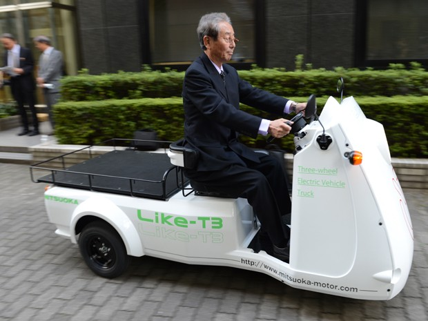 Presidente da Mitsuoka Motor, Susumu Mitsuoka, anda no Like-T3  (Foto: AFP PHOTO / TOSHIFUMI KITAMURA)
