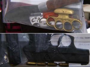 Arma, munição, faca e soco inglês apreendidos com o cantor Hudson, da dupla Edson & Hudson (Foto: Reprodução EPTV)