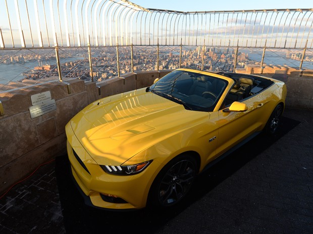 Ford Mustang 2015 convesrível foi revelado no topo do Empire State Building, em Nova York (Foto: AP Photo/John Minchillo)