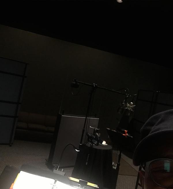 O atual Samuel L. Jackson dentro do estúdio de dublagem de 'Os Incríveis 2' (Foto: Instagram)