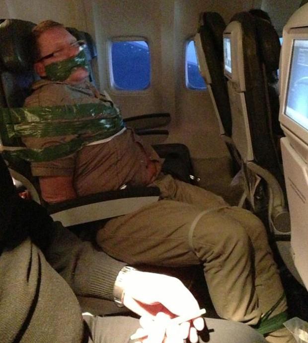 Homem estava agarrando pessoas e cuspindo em outros passageiros (Foto: Reprodução)