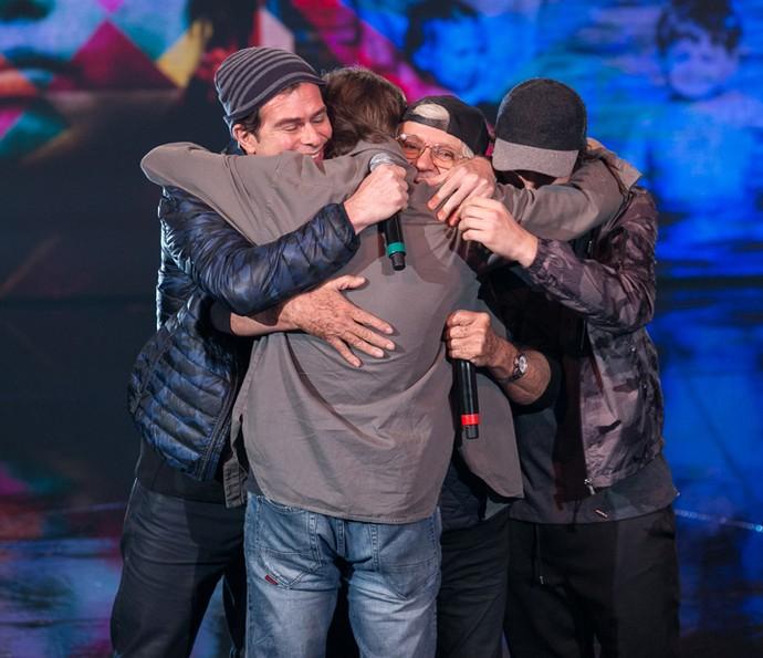 Rafael Vitti abraça os familiares no palco do 'Tamanho Família' (Foto: Isabella Pinheiro / Gshow)