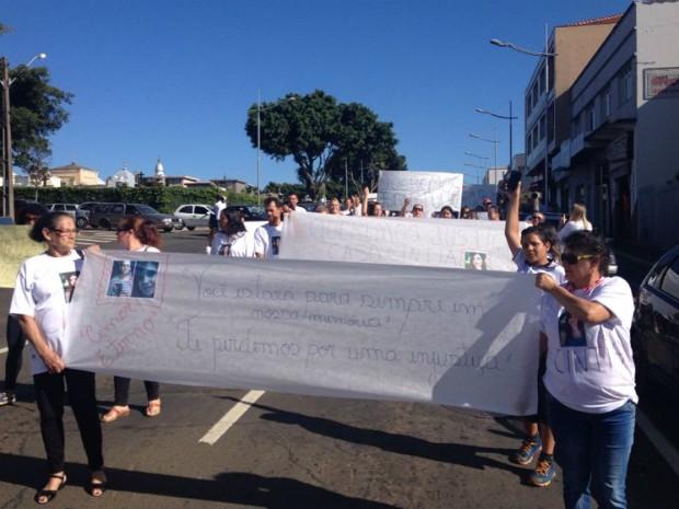 Manifestantes percorreram ruas do Centro de Ponta Grossa  (Foto: Wesley Cunha/RPC Ponta Grossa)