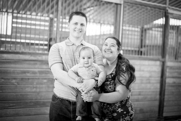 Aurora Godoy com seu marido, James, e seu filho, Alexander (Foto: Reprodução/Gofundme)