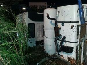Foi necessário o uso de retroescavadeiera e guindaste para destombar o caminhão (Foto: PRF/Divulgação)