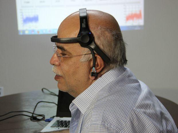 O aparelho detecta ondas cerebrais e as transforma em comandos (Foto: Rickardo Marques/G1 AM)
