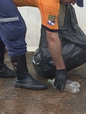 Mutirão recolheu possíveis focos de dengue  (Foto: Reprodução / TV TEM)