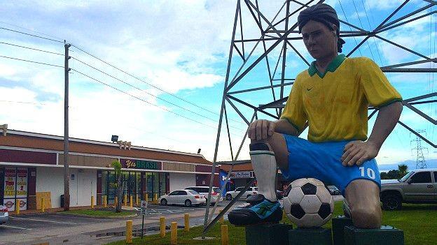 Símbolos brasileiros são facilmente vistos na avenida International Drive, que concentra negócios brasileiros  (Foto: BBC)
