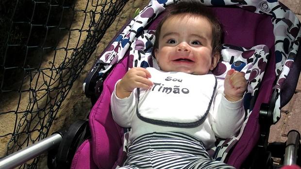 bebê Thainá foi levada pelo pai ao treino do Corinthians Dubai (Foto: Carlos Augusto Ferrari / Globoesporte.com)