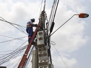 """Rede Celpa faz troca de """"olhão"""" em Belém. (Foto: Shirley Penaforte/Amazônia Jornal)"""