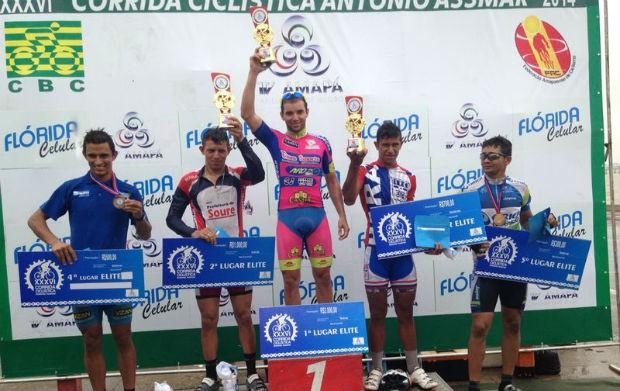 Vencedores da categoria elite comemoram no pódio (Foto: Celso Kato/TV Amapá)