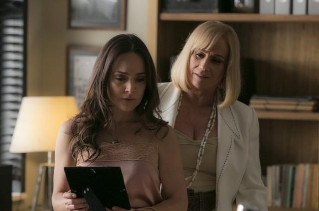 Mág (Vera Holtz) irá ameaçar Suzana (Gabriela Duarte) para que ela separe Pedro de Helô (Foto: divulgação)
