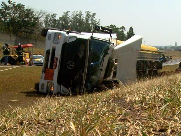 Caminhão carregado de combustível tomba na Rodovia Zeferino Vaz, em Paulínia (Foto: Reprodução EPTV)