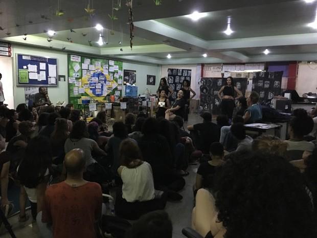 Atividades artísticas e culturais são feitas no espaço da ocupação da Udesc (Foto: G1)