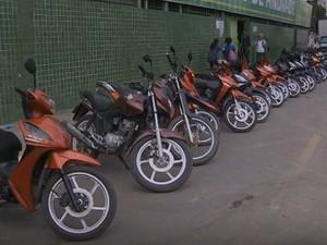 Motociclistas só poderão rodar com as cinquentinhas com habilitação (Foto: Reprodução / TV Globo)