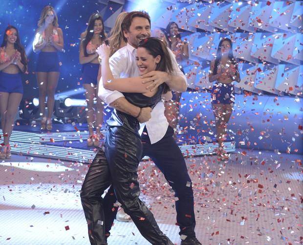 Fê Vasconcellos, que também foi finalista, celebra a vitória do ator (Foto: Raphael Dias / Gshow)