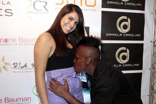 Neném avisa que namorada está gravida e dá beijo na barriga (Foto: Paduardo / AgNews)