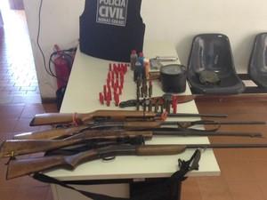 Material apreendido durante cumprimento dos mandados de busca e apreensão (Foto: Polícia Civil/Divulgação)