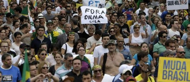 Protesto na Paulista pede 'impeachment' de Dilma (Foto: AFP)