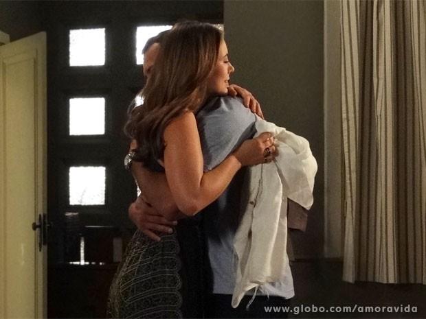 Bruno e Paloma se abraçam (Foto: Amor à Vida/ TV Globo)