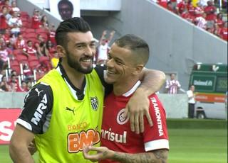 Dátolo e D'Alessandro, argentinos de Atlético-MG e Internacional (Foto: Reprodução / Sportv)