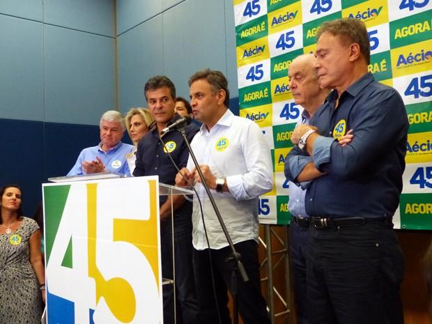 Na companhia do senador eleito José Serra, Aécio Neves se reuniu com o governador Beto Richa e lideranças políticas do Paraná (Foto: Fernando Castro / G1)
