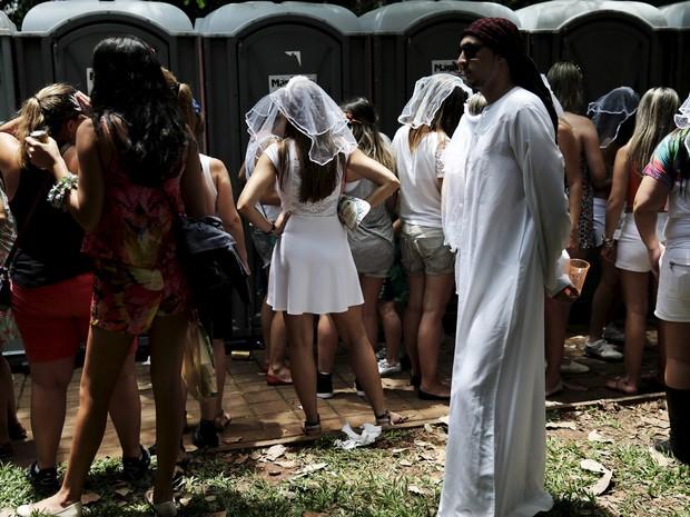 30/01 - Mulheres fazem fila em banheiros químicos colocados durante o bloco 'Casa Comigo' em Pinheiros, na zona oeste de São Paulo (Foto: Nacho Doce/Reuters)