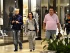 De bota ortopédica, Xuxa faz compras e tira foto com fãs