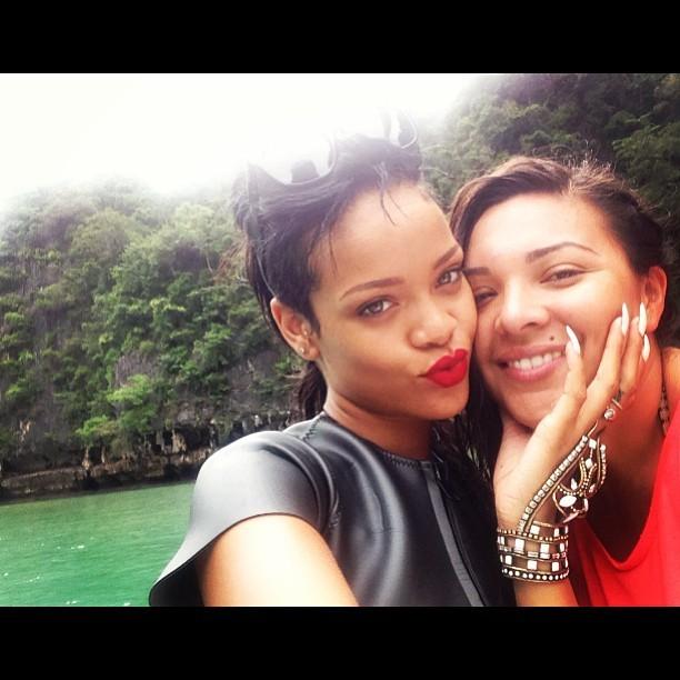 Rihanna e amiga (Foto: Reprodução/Instagram)