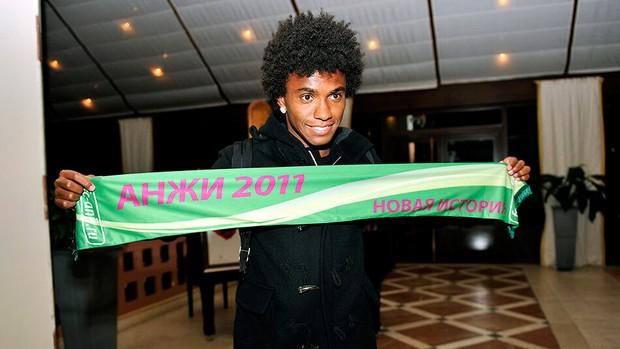 Willian na chegada no Anzhi (Foto: Reprodução / Twitter)