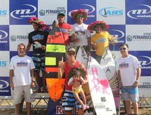 Pódio da etapa final do Circuito Nordestino de Surf Profissional, em Pernambuco (Foto: Fabriciano Jr/Mahalo/Divulgação)