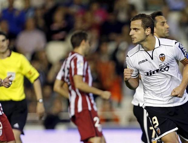 Soldado comemora gol pelo Valencia diante do Bilbao (Foto: EFE)