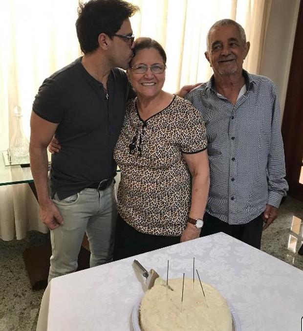 Zezé Di Camargo, Dona Helena e senhor Francisco (Foto: Reprodução/Instagram)